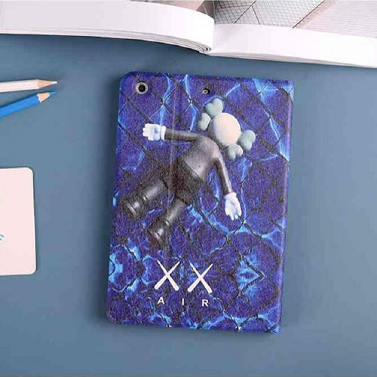 カウズ iPad Pro 2021ケース KAWS:SEEING/WATCHING ぬいぐるみ柄 アイパッドエア1/2/3/4/8/7世代ケース 10/11.9 inches 青黒色 KAWS x AIR 横開き モノグラム 2020 ダミエ アイパッド 6/5/4/3/2ケース 手帳型 9.7インチ アイパッド プロ 激安 オーダーメイド メンズ レディース